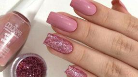 35 opções de unhas rosas com glitter que esbanjam estilo e sofisticação