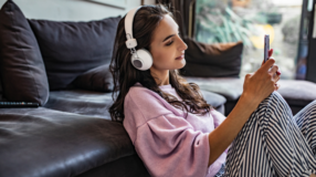 20 melhores podcasts com reflexões a respeito do universo feminino