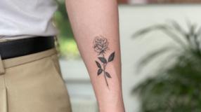 90 ideias de tatuagem de rosa pequena que simbolizam a paixão