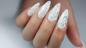 30 opções de unhas brancas com glitter para você brilhar muito
